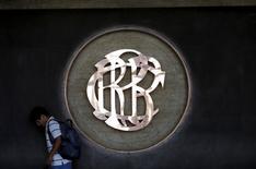 Un hombre pasa por delante del logo del Banco Central del Perú (BCRP) en el centro de Lima. 7 de abril 2015. LPerú cerró el año con una inflación de 3,23 por ciento, menor a la del 2015 pero superior al rango meta establecido por el banco central, por un alza en los precios de los alimentos y la energía en medio de una apreciación de la moneda local, dijo el domingo el Gobierno.  REUTERS/Mariana Bazo - RTR4WG2K