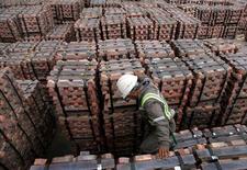 Un trabajador revisando un cargamento de cobre de exportación en Valparaíso, Chile, ago 21 ,2006. El cobre cayó el martes desde un máximo de dos semanas debido a que la fortaleza del dólar opacó las expectativas de un consumo sólido en Estados Unidos y China, cuyos datos económicos mostraron señales de recuperación.      REUTERS/Eliseo Fernandez/File Photo