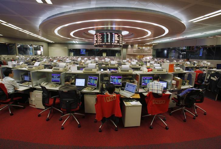 Floor traders work during afternoon trading at the Hong Kong Stock Exchange November 6, 2013.  REUTERS/Bobby Yip/Files