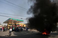 Manifestantes mexicanos protestam na entrada de um posto de gasolina da Pemex em San Miguel Totolcingo. 03/01/2017 REUTERS/Edgard Garrido