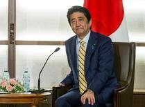 El primer ministro japonés, Shinzo Abe, escucha al presidente ruso Vladimir Putin (no aparece en la imagen) durante su reunión en un resort de aguas termales en Nagato, Japón. 15 de diciembre 2016. El primer ministro de Japón, Shinzo Abe, dijo el miércoles que la recuperación de la economía de su país seguirá siendo la prioridad durante este año.REUTERS/Alexander Zemlianichenko/Pool