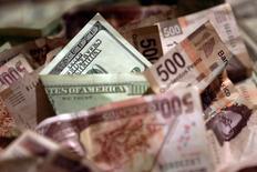 Le peso mexicain a touché mercredi un nouveau plus bas record, dans la crainte des conséquences des politiques que mettra en oeuvre Donald Trump après son investiture le 20 janvier. La devise mexicaine a reculé jusqu'à 21,4750 pour un dollar, enfonçant son précédent plus bas de 21,395 touché le 11 novembre. /Photo d'archives/REUTERS/Edgard Garrido