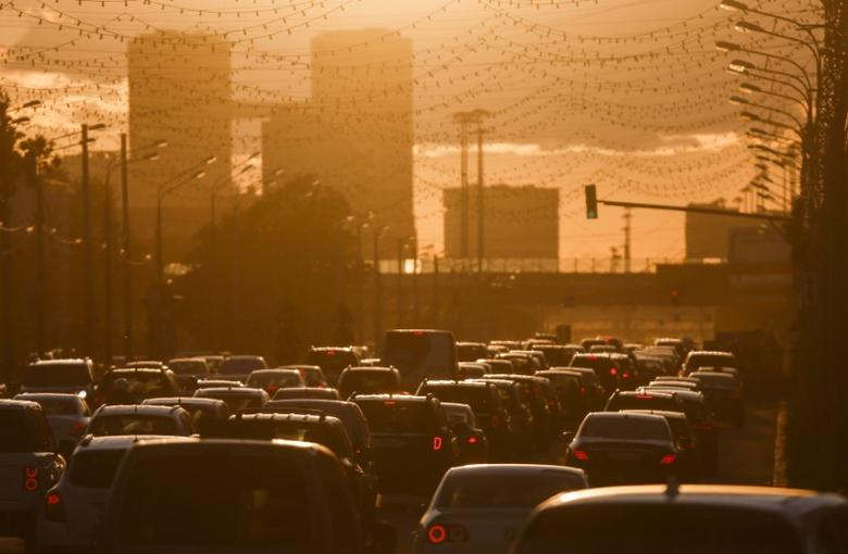 FILE PHOTO: Cars are stuck in a traffic jam during sunset in Moscow, Russia, June 4, 2015. REUTERS/Maxim Shemetov