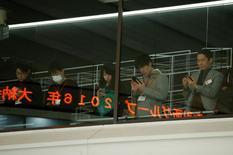 La Bourse de Tokyo a fini en légère baisse jeudi. L'indice Nikkei a perdu 0,37%, soit 73,47 points, à 19.520,69. /Photo prise le 4 janvier/REUTERS/Kim Kyung-Hoon