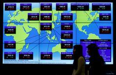 Imagen de archivo, un panel muestra los índices bursátiles globales en Hong Kong, China. 5 de diciembre 2016.Las bolsas de Asia subían por octavo día consecutivo el jueves, impulsadas por unas mayores ganancias en Wall Street y un rebote en la sesión previa de los precios del crudo que reforzó a las acciones de energía y de materias primas.REUTERS/Bobby Yip/File Photo