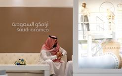 Un empleado de Saudi Aramco se sienta en el área de la compañía en la exhibición de Oriente Medio Petrotech 2016 en Manama,Baréin. 27 de septiembre 2016.Saudi Aramco elevó sus precios de febrero para la mayor parte del crudo que vende a Asia y a Estados Unidos, pero redujo los precios para el noroeste de Europa y el Mediterráneo. REUTERS/Hamad I Mohammed