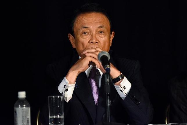 1月6日、麻生太郎財務相は閣議後会見で、日本政府が協議の中断を表明した日韓通貨スワップに関し、「信頼関係を作った上でやらないとなかなか安定しない」との見方を示した。写真は同相。ワシントンで昨年10月撮影(2017年 ロイター/James Lawler Duggan)
