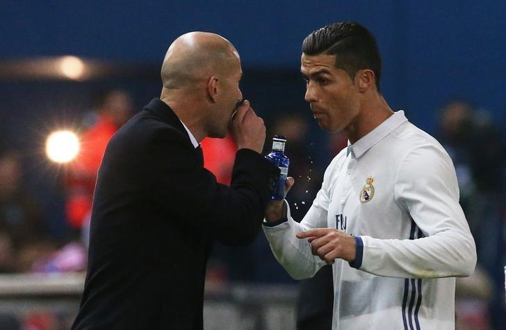 Soccer Football - Atletico Madrid v Real Madrid - La Liga - Vicente Calderon, Madrid, Spain - 19/11/16 Real Madrid's Cristiano Ronaldo and Real Madrid coach Zinedine Zidane speak Reuters / Sergio Perez Livepic/Files