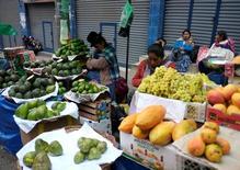Vendedoras de fruta en un mercado en La Paz, oct 30, 2016. Bolivia registró una inflación del 0,29 por ciento en diciembre pasado y cerró el 2016 con un alza de precios del 4 por ciento, por debajo de la meta establecida por el Gobierno, informó el viernes el Instituto Nacional de Estadística (INE).  REUTERS/David Mercado