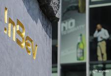 La cervecera Anheuser Busch InBev (AB InBev) y el fabricante de cafeteras Keurig Green Mountain se unieron para desarrollar un electrodoméstico que podría servir bebidas alcohólicas en el hogar. En la imagen, el logo de la cervecera en su sede de Leuven, el 12 de agosto de 2010. REUTERS/Jan Van De Vel