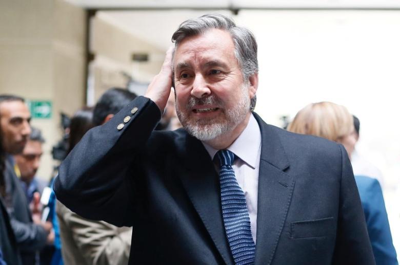Senator Alejandro Guillier  is seen inside at the Chilean congress in Valparaiso, Chile September 27, 2016. REUTERS/Rodrigo Garrido/Files