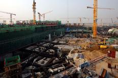 Un chantier de construction près de Pékin, en Chine. Le gouvernement chinois est confiant dans le fait que l'économie a enregistré une croissance de 6,7% sur l'ensemble de 2016, un chiffre conforme à la fourchette des prévisions officielles. /Photo prise le 10 octobre 2016/REUTERS/Thomas Peter