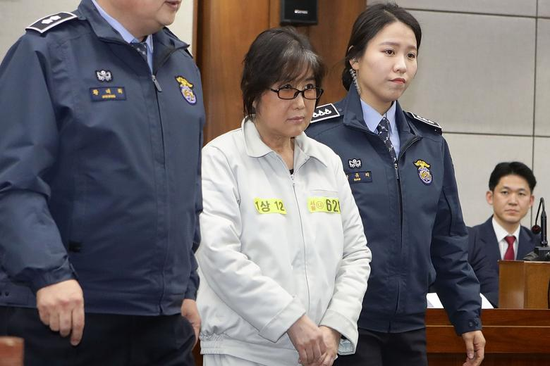 Choi Soon-sil, the woman at the centre of the South Korean political scandal and long-time friend of President Park Geun-hye, appears for her first trial at the Seoul Central District Court on January 5, 2017 in Seoul, South Korea. REUTERS/Chung Sung-Jun/Pool