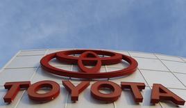 Toyota Motor invertirá 10.000 millones de dólares en Estados Unidos durante los próximos cinco años, igualando las realizadas por la automotriz japonesa en los cinco años anteriores, afirmó el lunes el presidente ejecutivo para Norteamérica, Jim Lentz. Imagen de un concesionario de Toyota en Cerritos, California el 9 de diciembre de 2015.   REUTERS/Mario Anzuoni