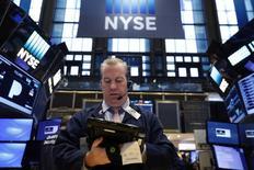 La Bourse de New York a fini sur une note mitigée lundi, le Dow Jones et le S&P 500 reperdant un peu de terrain après leurs records de vendredi dans le sillage de la chute de valeurs énergétiques tandis que le Nasdaq a inscrit de nouveaux pics historiques, notamment porté par la hausse de 1% du titre Apple. L'indice Dow Jones a cédé 0,38%, soit 75,60 points, à 19.888,20. /Photo prise le 9 janvier 2017/REUTERS/Lucas Jackson