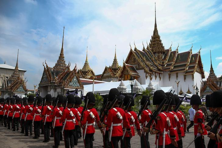 Thai Royal guards march as mourners line up to enter the Grand Palace to pay respect to Thailand's late King Bhumibol Adulyadej in Bangkok, Thailand, October 14, 2016. REUTERS/Athit Perawongmetha/Files