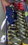 Funcionário coloca etique de preços em produtos de mercado de São Paulo. 08/01/2016  REUTERS/Paulo Whitaker