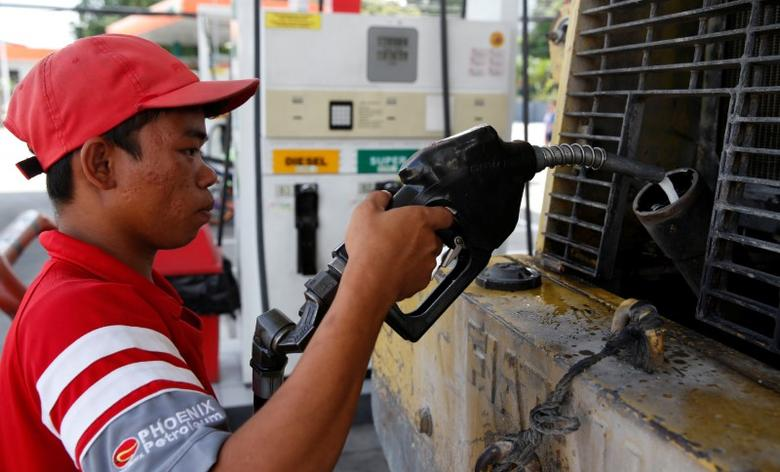 A worker fills up a bulldozer with diesel at Phoenix petrol station in Las Pinas city, Metro Manila, Philippines June 7, 2016.   REUTERS/Erik De Castro