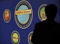 La Banque mondiale voit la croissance mondiale s'accélérer légèrement en 2017 avec une remontée des cours du pétrole et des ressources de base favorisant les économies émergentes qui en exportent. /Photo d'archives/REUTERS/Kim Kyung-Hoon