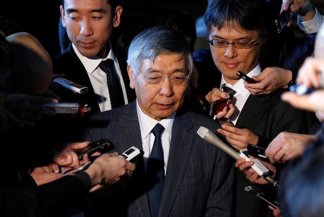 1月11日、日銀の黒田東彦総裁(写真)は午後2時半から、安倍晋三首相と首相官邸で30分程度、会談を行った。会談後に会見した黒田総裁によると、首相に「世界経済の動向について説明した」という。(2017年 ロイター/Toru Hanai)
