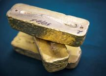 Золотые слитки. Золото достигло шестинедельного максимума в среду, поскольку обеспокоенные политической неопределенностью инвесторы скупали драгоценный металл, но усиление доллара из-за повышения ставок США, как ожидается, ограничит рост.  REUTERS/Andrey Lunin/File Photo