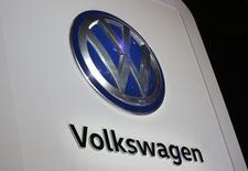 Le conseil de surveillance de Volkswagen a approuvé mercredi le projet d'accord négocié avec la justice américaine d'un règlement de 4,3 milliards de dollars (4,1 milliards d'euros) dans l'affaire de fraude aux émissions polluantes. /Photo prise le 10 janvier 2017/REUTERS/Mark Blinch