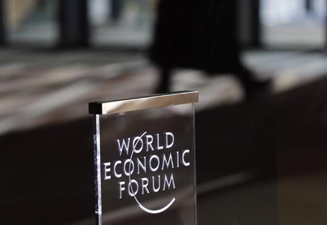 Mense verlaat die jaarlikse vergadering van die Wêreld Ekonomiese Forum (WEF) in Davos, Switserland Januarie 23, 2016. REUTERS / Ruben Sprich