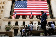 Wall Street a terminé en hausse une séance durant laquelle les déclarations faites par le président élu américain Donald Trump ont provoqué quelques remous, surtout pour les valeurs de la pharmacie. L'indice Dow Jones a pris 98,75 points (0,50%) à 19.954,28 points. /Photo d'archives/REUTERS/Brendan McDermid