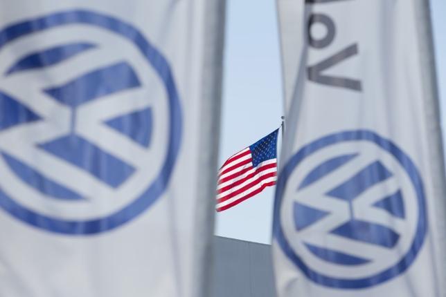 1月11日、独フォルクスワーゲン(VW)は、排ガス不正の罪を認めるとともに、米当局に43億ドルを支払うことで和解した。写真はロゴ、米サンディエゴで2015年9月撮影(2017年 ロイター/Mike Blake)