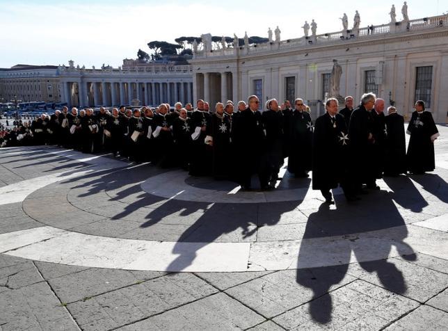 1月11日、世界最古の組織の1つとして11世紀に設立され、現在は慈善活動を行っているカトリック修道会「マルタ騎士団」が、コンドーム使用の容認問題をめぐって幹部を解任し、ローマ法王フランシスコが指示した解任劇をめぐる調査を拒否する騒ぎとなっている。写真は2013年2月撮影で、バチカンを訪れた騎士団のようす(2017年 ロイター/Alessandro Bianchi)