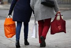 Les prix à la consommation ont bien progressé de 0,3% en décembre en France du fait d'un rebond des prix des services et de la poursuite de la hausse de ceux de l'énergie. Sur un an, leur hausse atteint 0,6%, contre 0,5% un mois plus tôt. /Photo prise le 23 décembre 2016/REUTERS/Charles Platiau