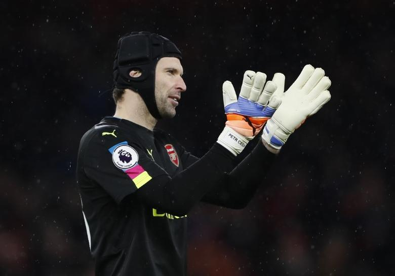 Britain Football Soccer - Arsenal v Crystal Palace - Premier League - Emirates Stadium - 1/1/17 Arsenal's Petr Cech applauds fans after the game   Reuters / Stefan Wermuth Livepic