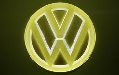 Des actionnaires de Volkswagen réclament au constructeur des réformes et une plus grande transparence après l'accord conclu avec le gouvernement américain sur le dossier de la fraude aux tests d'émissions polluantes. /Photo prise le 10 janvier 2017/REUTERS/Mark Blinch