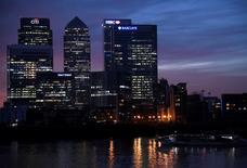 Le quartier d'affaires Canary Wharf à Londres au crépuscule. Le secteur financier britannique a renoncé bon gré mal gré à tenter de préserver un accès total à l'Union européenne (UE) après le Brexit pour se rabattre sur un arrangement moins ambitieux susceptible d'exclure certains produits financiers. /Photo prise le 11 décembre 2016/REUTERS/Toby Melville