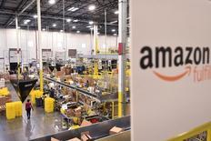 Le géant américain du commerce électronique Amazon a annoncé jeudi la création de 100.000 emplois à temps plein aux Etats-Unis au cours des 18 prochains mois. /Photo prise le 28 novembre 2016/REUTERS/Noah Berger