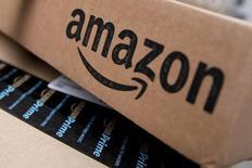 Логотип Amazon на коробке. Крупнейший в мире интернет-ритейлер Amazon.com Inc сообщил в четверг о намерении увеличить штат сотрудников в США, формируя в стране новые рабочие места, создание которых обещал избранный президент Дональд Трамп.    REUTERS/Mike Segar/File Photo