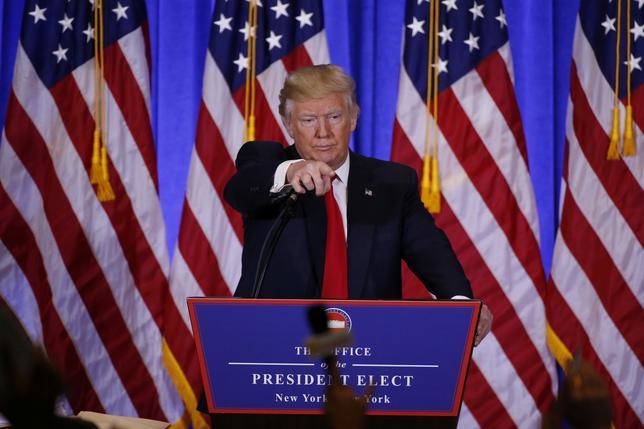 1月11日、トランプ次期米大統領によるツイッターでの放言や気まぐれな政策に翻弄され、米企業は今後、買収計画を撤回したくなる場面が増えるかもしれない。写真はニューヨークで当選後初の会見に臨むトランプ次期大統領(2017年 ロイター/Lucas Jackson)