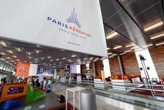 Paris Aéroport, qui est à suivre vendredi à la Bourse de Paris, a annoncé jeudi une hausse de 1,8% de son trafic en 2016, bénéficiant notamment en décembre d'une base de comparaison favorable par rapport à 2015 où le tourisme avait été affecté par l'impact des attentats du 13 novembre à Paris. /Photo d'archives/REUTERS/Benoit Tessier