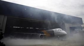 Avião visto em galpão da Embraer em São José dos Campos, São Paulo.     25/02/2016            REUTERS/Nacho Doce//