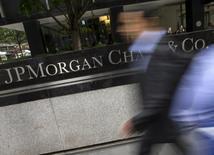 JPMorgan Chase & Co, la première banque des Etats-Unis par les actifs, a annoncé vendredi une hausse de 23,8% de son bénéfice trimestriel, qu'il doit en partie au bond des volumes de transactions sur les marchés financiers lié à l'élection de Donald Trump à la présidence des Etats-Unis.  /Photo d'archives/REUTERS/Mike Segar