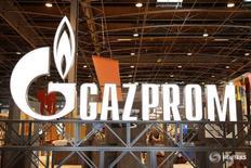 Логотип Газпрома на Всемирной газовой конференции в Париже 2 июня 2015 года. Российская газовая монополия Газпром видит риски усиления конкуренции со стороны США на рынке Европы и пытается продвинуть комбинированную схему экспортных поставок в Европу и Китай трубопроводного и сжиженного газа. REUTERS/Benoit Tessier