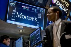 Moody's Corp accedió pagar casi 864 millones de dólares para lograr un acuerdo con autoridades federales y estatales de Estados Unidos por sus calificaciones a activos de riesgo antes de la crisis financiera del 2008, informó el viernes el Departamento de Justicia. En la imagen de archivo, el logo y la cotización de Moody's en una pantalla en la Bolsa de Nueva York, el 20 de enero de 2015. REUTERS/Brendan McDermid