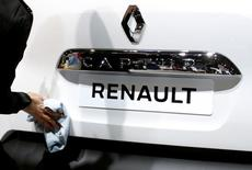 Una investigación judicial sobre las emisiones de motores diésel en Francia podría extenderse más allá de Renault después de que las pruebas mostrasen que otros fabricantes habían superado los niveles autorizados, dijo el domingo la ministra francesa de Medio Ambiente sin entrar en detalles. En la imagen, un trabajador limpia un modelo Renault Captur en la feria europea de Bruselas, el 13 de enero de 2017. REUTERS/François Lenoir