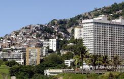 El Hotel Sheraton y otros condominios cerca de la favela de Vidigal en Río de Janeiro, Brasil. 13 de diciembre de 2004. Sólo ocho personas, y todos hombres, tienen tanta riqueza como la mitad más pobre de la población del planeta, dijo la organización no gubernamental Oxfam en un reporte que pide limitar los retornos para aquellos que están en la cima. REUTERS/Bruno Domingos