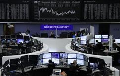Фондовая биржа Франкфурта-на-Майне. Европейские фондовые рынки снижаются на торгах понедельника под давлением банковских и автомобильных акций.  REUTERS/Staff/Remote