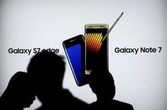 Au terme de l'enquête menée par Samsung Electronics sur l'incendie de certains de ses Galaxy Note 7, le groupe sud-coréen a conclu que la batterie de ce modèle de smartphone en était le principal responsable. /Photo d'archives/REUTERS/Iqro Rinaldi