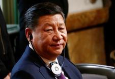 El presidente chino, Xi Jinping, escucha al presidente suizo, Doris Leuthard, en Bern, Suiza. 15 de enero 2017. La embajada alemana en Pekín instó el lunes a China a tomar medidas para abrir sus mercados a las empresas extranjeras para contrarrestar el creciente proteccionismo global, poco antes del discurso del presidente chino, Xi Jinping, en el Foro Económico Mundial de Davos. REUTERS/Arnd Wiegmann