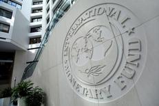 El Fondo Monetario Internacional revisó al alza el lunes sus previsiones para el crecimiento de la economía española en el marco de la actualización de su informe de la economía mundial de enero de 2017. En la imagen, el logo del FMI en Washington el 9 de octubre de 2016. REUTERS/Yuri Gripas