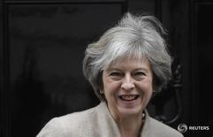 Foto de archivo de la primera ministra británica Theresa May en la puerta de Downing Street. Ene 13, 2017. Las 12 prioridades de la primera ministra británica Theresa May para el llamado Brexit incluyen dejar el mercado único europeo y la unión aduanera continental, reportó el lunes el diario The Telegraph. REUTERS/Toby Melville/Files