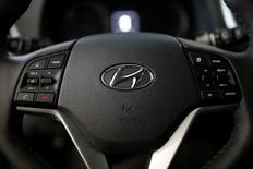 Hyundai Motor Group a dit mardi vouloir augmenter de 50% ses investissements aux Etats-Unis dans les cinq prochaines années, pour les porter à 3,1 milliards de dollars, avec, à la clef, une possible nouvelle usine sur le territoire américain. /Photo prise le 15 décembre 2016/REUTERS/Kim Hong-Ji